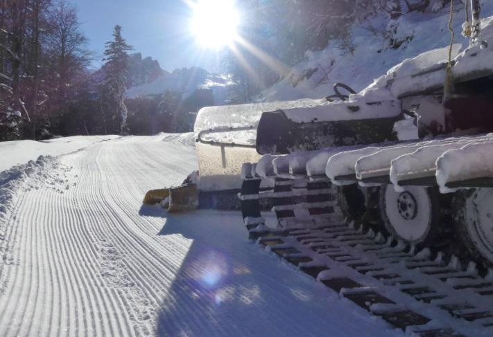 Máquina pisa nieves estación esquí  Gourette