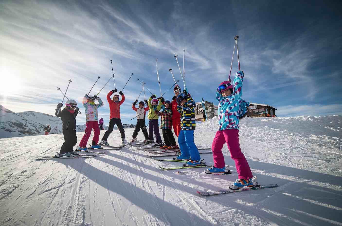 Les enfants partent skier dans les alpes