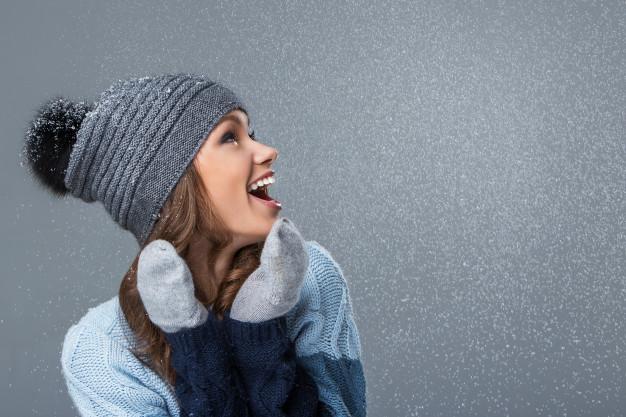 Chica riéndose nieve rímel