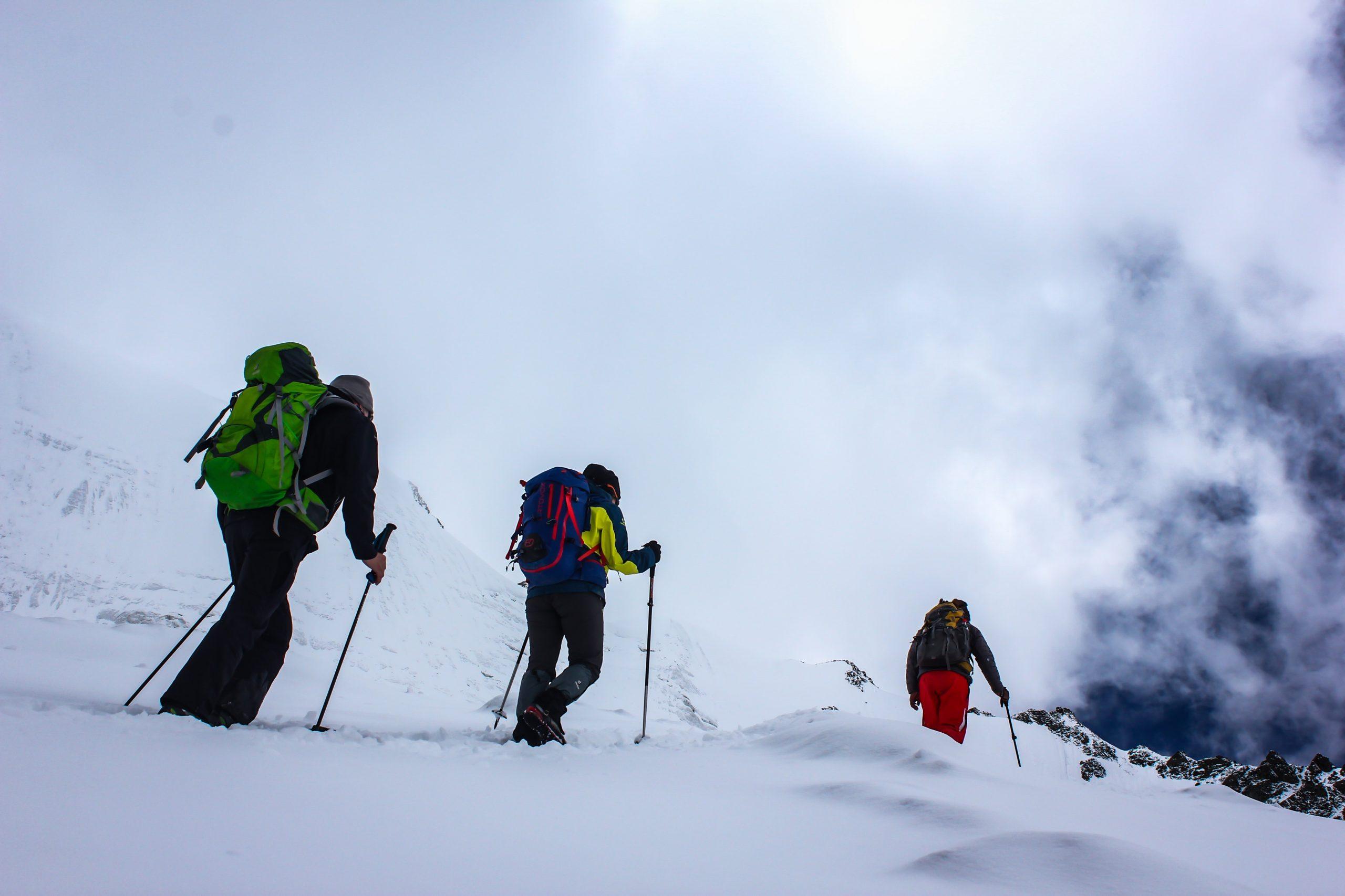 amigos esquiando montaña
